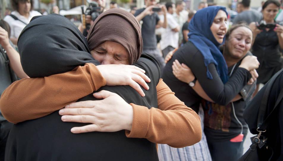 Familiars dels autors dels atemptats, durant el minut de silenci dut a terme a Ripoll el passat divendres per la comunitat musulmana, on es van rebutjar els atacs.