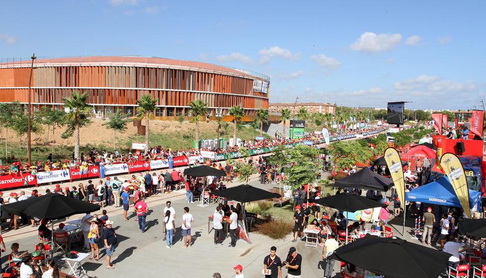 El Palau d'Esports de l'Anella Mediterrània va ser testimoni de la munió de persones que es van donar cita per viure en directe l'arribada de la Vuelta.