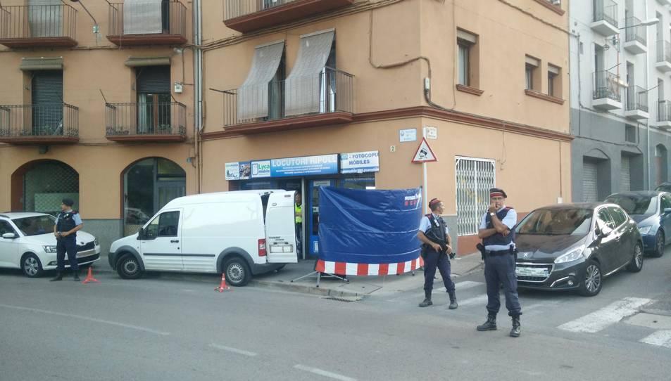 Agents dels Mossos d'Esquadra custodien la porta d'un locutori de Ripoll.