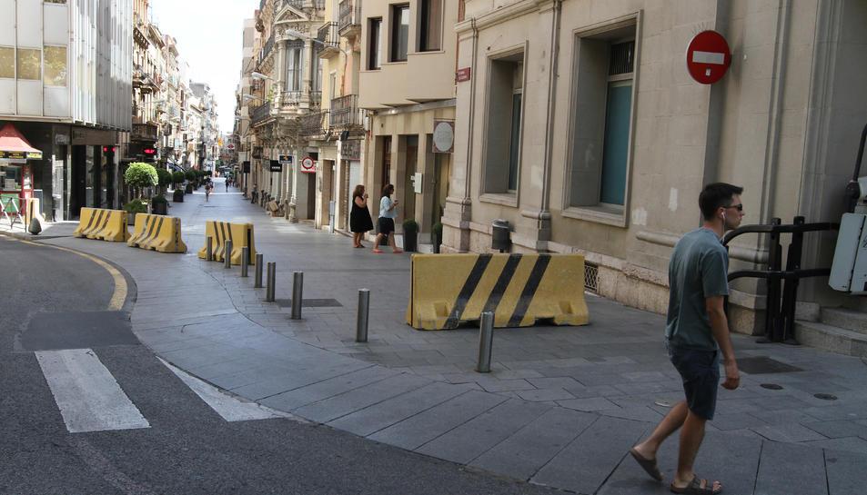 Els blocs que barren el pas de vehicles al nucli antic s'estenen pel carrer Llovera fins la Llibertat.