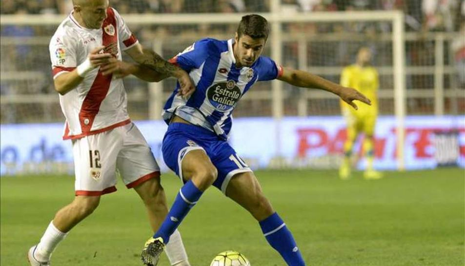 Juan Domínguez, de blanc-i-blau, amb la samarreta del Deportivo.