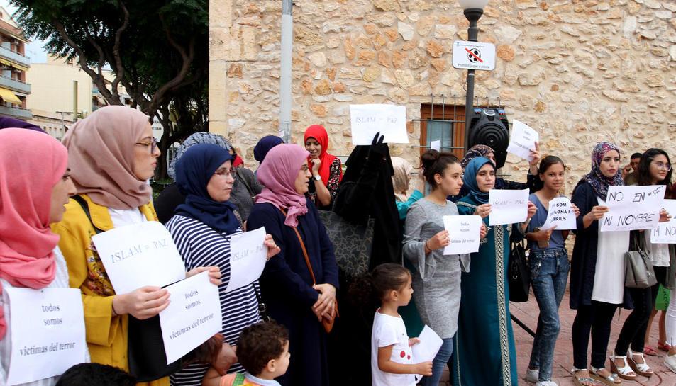La comunitat musulmana es manifesta a Torredembarra per rebutjar els atemptats