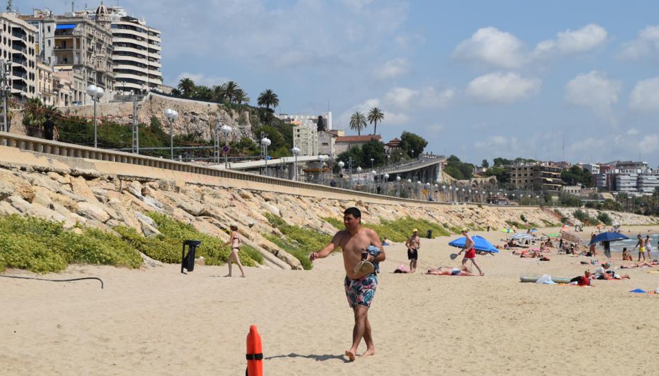 Imatge de la platja del Miracle amb la passarel·la de fons.