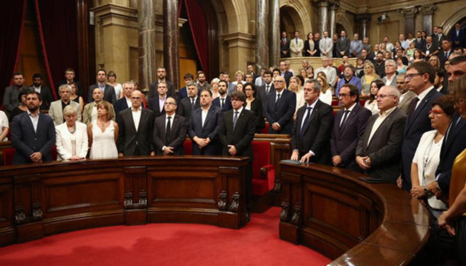 Pla mig dels membres del Govern a l'hemicicle del Parlament en el minut de silenci després de llegir la declaració de condemna dels atemptats.