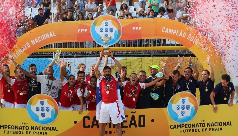 Llorenç Gómez, amb el trofeu de campió de Lliga, acompanyat del seu equip.
