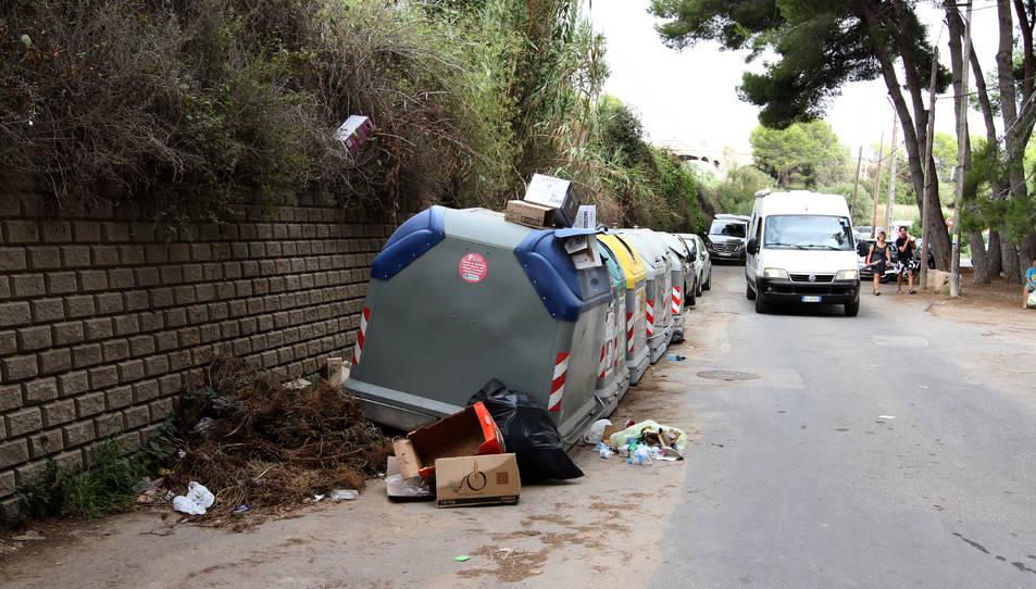 En imatge, els contenidors ubicats a darrera de la zona dels apartaments Jardí i Mediterrani, a tocar de la platja.