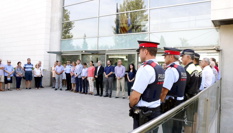 Pla general del minut de silenci davant l'Ajuntament de Salou arran de l'accident de trànsit amb cinc víctimes mortals. Imatge del 28 d'agost del 2017