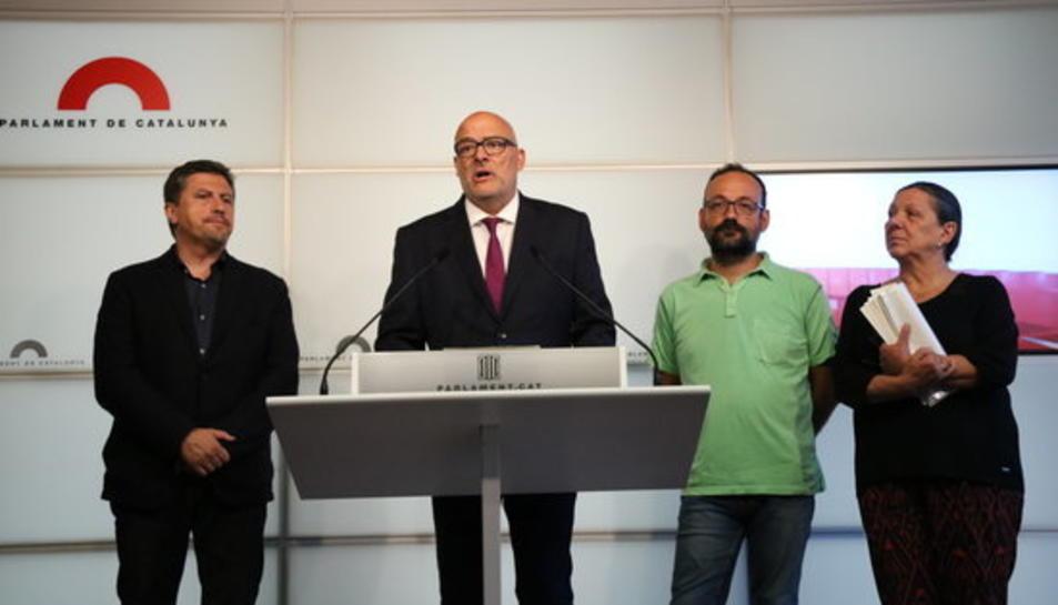Els diputats de JxSí Lluís Corominas i Jordi Orobitg i els de la CUP Benet Salellas i Gabriela Serra en roda de premsa el 28 d'agost de 2017