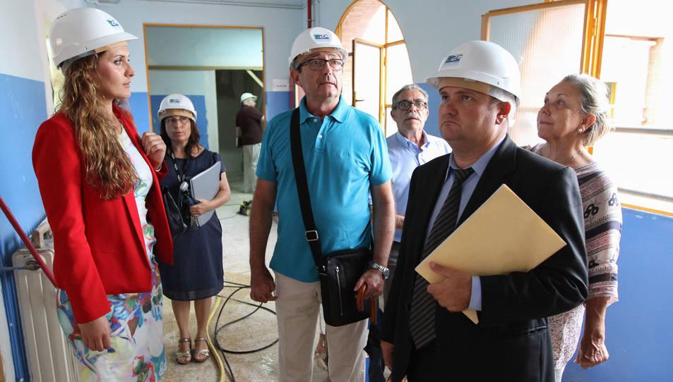 Sílvia Rodes, Toni Massegú i responsables del CEE Font del Lleó revisen l'ampliació de l'equipament.