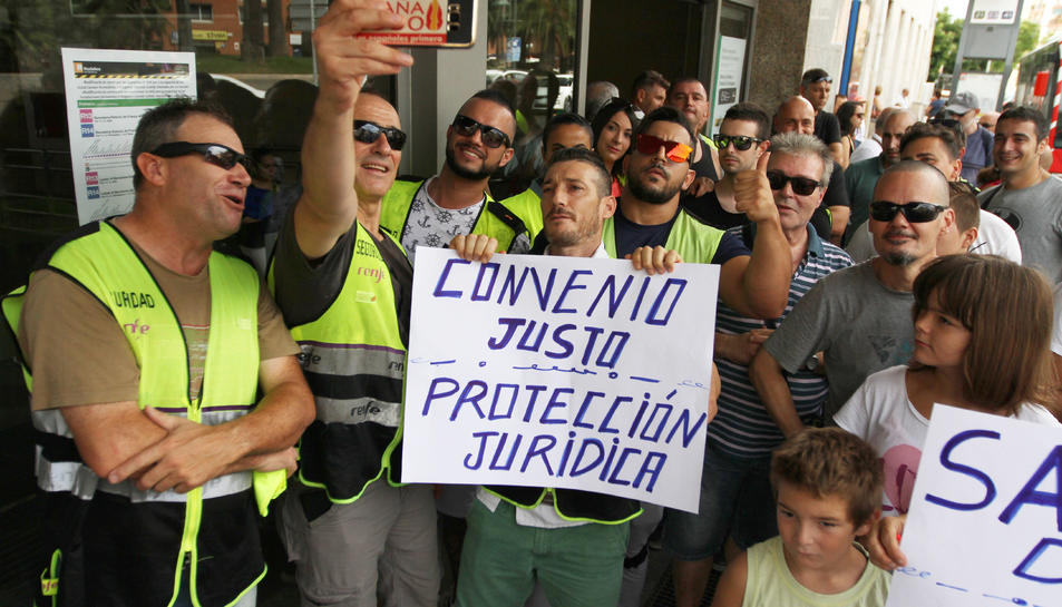 Els manifestants, amb pancartes.