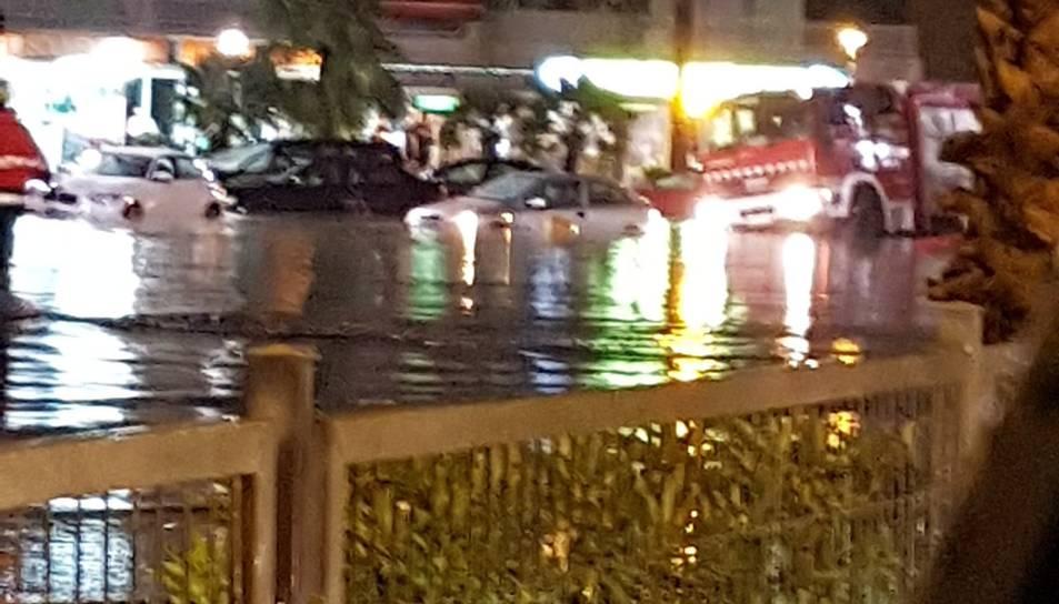Imatges de carrers inundats a causa de la tempesta d'aquest dijous.