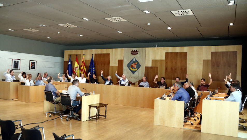 Pla general dels regidors de l'Ajuntament de Salou votant a favor de la moció contra la turismofòbia en el ple extraordinari del 31 d'agost del 2017
