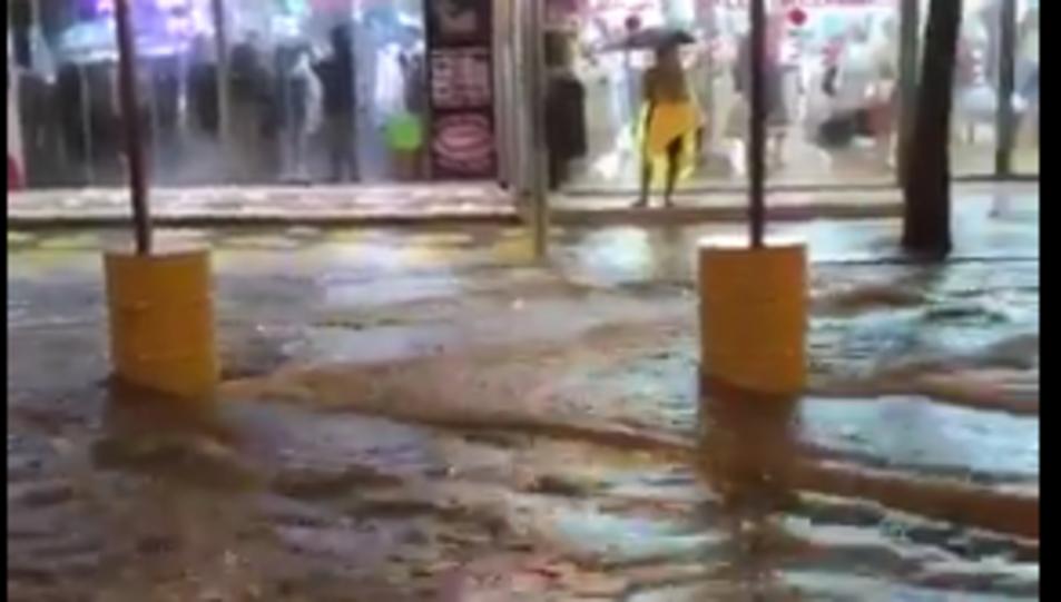 Un dels carrers de Salou durant la tempesta