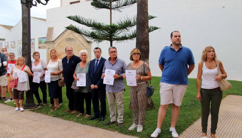 La comunitat musulmana, acompanyada per veïns i membres de la corporació municipal, va mostrar el seu rebuig als atacs terroristes de Barcelona i Cambrils.
