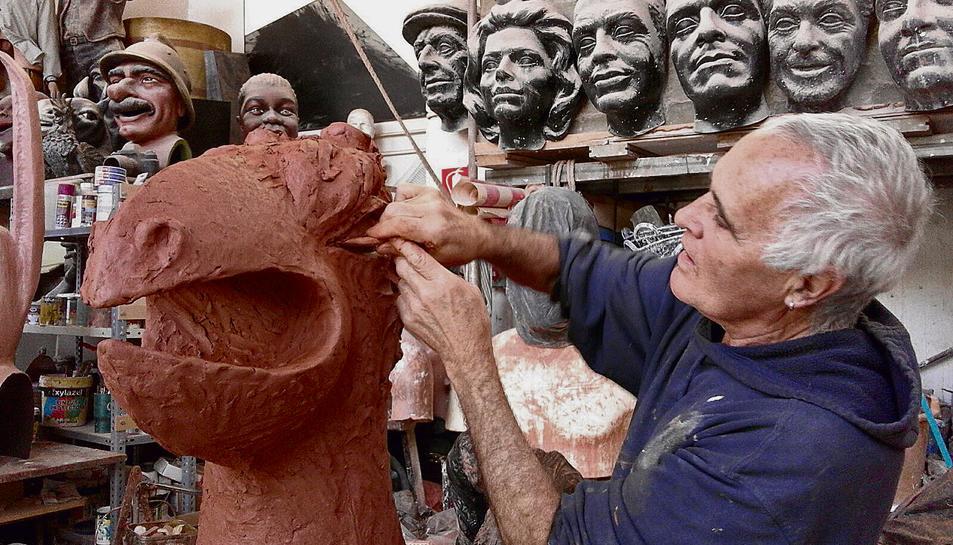 L'escultor Ramon Aumedes, al seu taller de Granollers elaborant la Farnaqueta.
