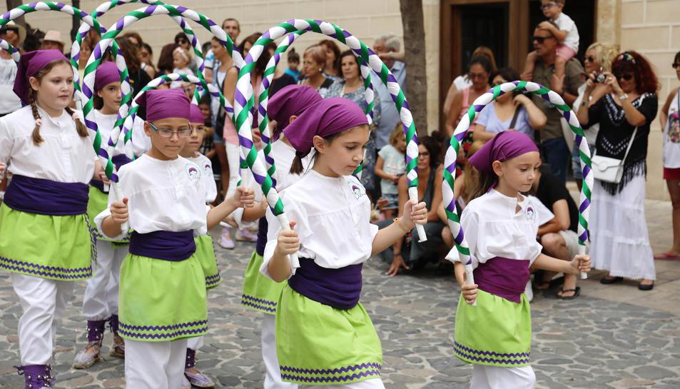 Torredembarra es va omplir de festa, ahir, amb la cercavila del Seguici Popular.