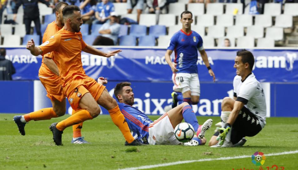 Badia frustra una de les moltes accions de perill creades per l'Oviedo.
