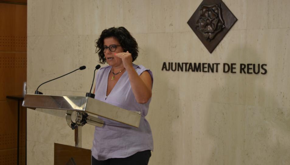 La regidora Montserrat Vilella durant la presentació del procés de tramitació de les subvencions per a menjador escolar.