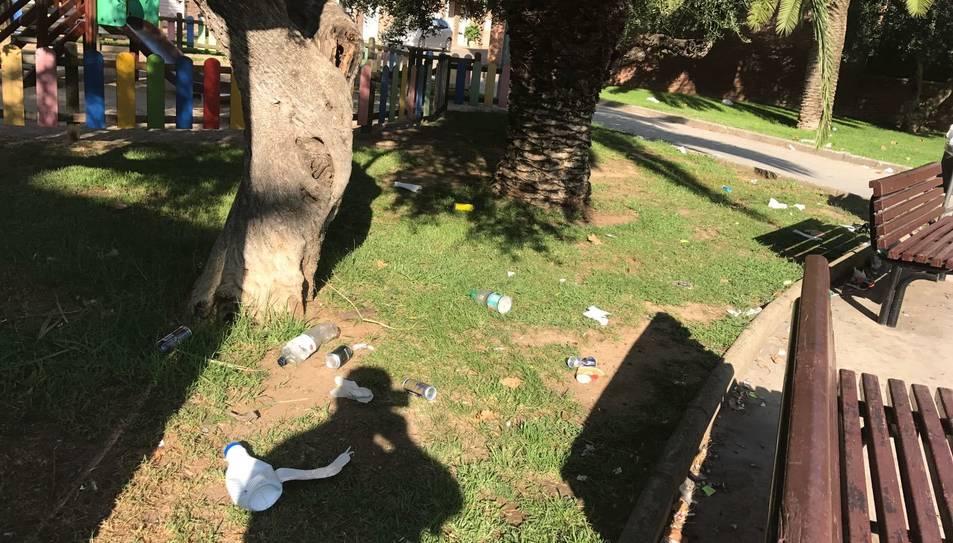 La brutícia que queda a la plaça després dels 'botellons' en una imatge del dissabte passat al matí.