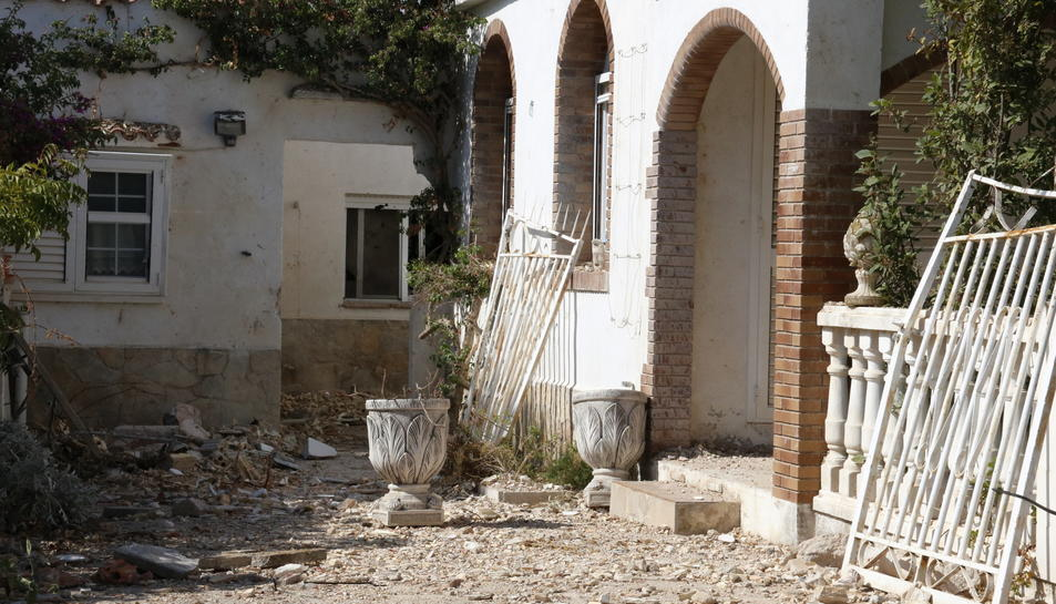 Pla detall de danys en un habitatge del davant de la casa explosionada a Alcanar, amb vidres i runa a terra, aquest 6 de setembre de 2017