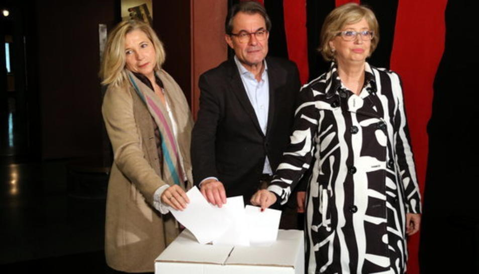 Imatge d'Artur Mas, Joana Ortega i Irene Rigau fent el gest simbòlic de repetir el vot del 9N al Museu d'Història el 5 de febrer de 2017.
