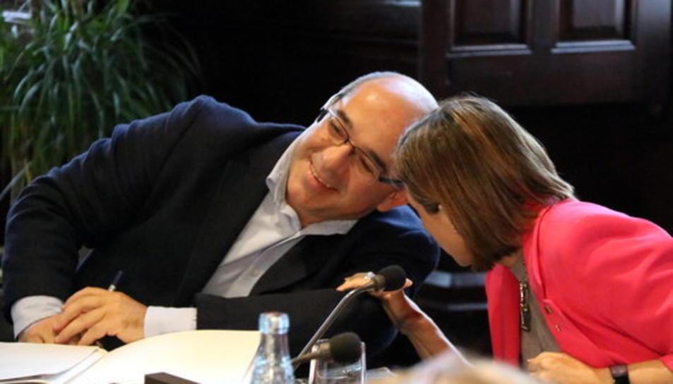 La presidenta del Parlament, Carme Forcadell, parla a l'orella del seu vicepresident Lluís Guinó, a la reunió de la Mesa del 6 de setembre de 2017