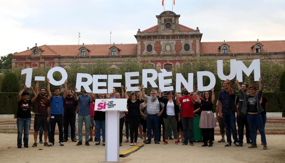 Membres de la CUP aixecant les lletres de Referèndum davant el Parlament.