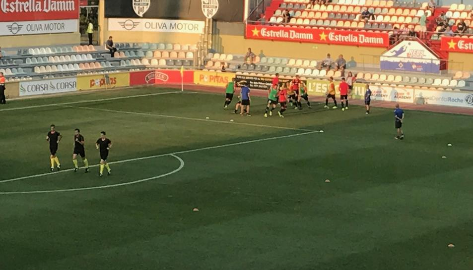 Els jugadors del CF Reus escalfen.
