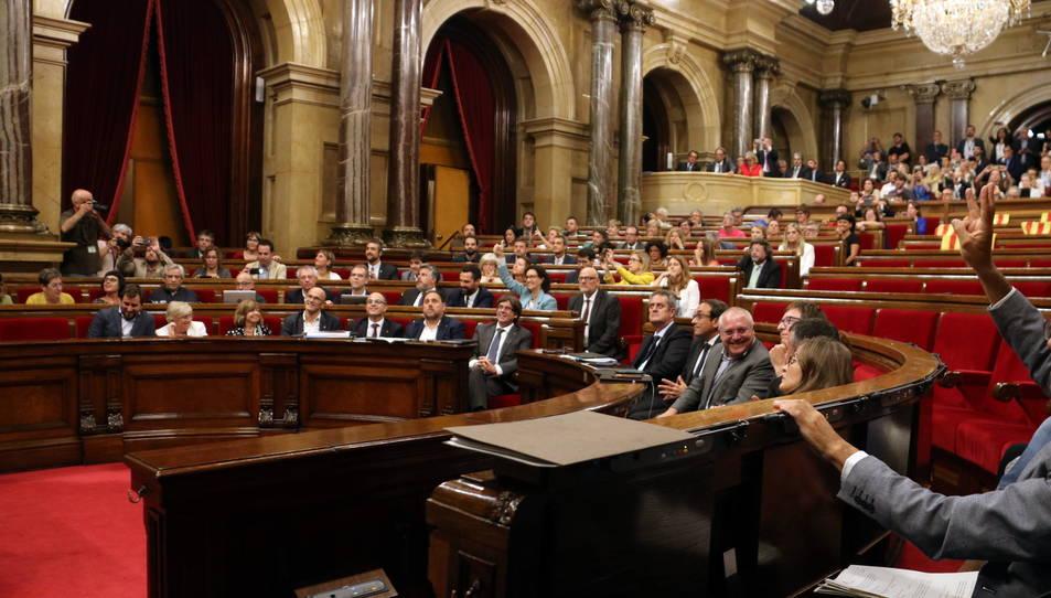 El moment de la votació amb la qual es va aprovar, dimecres, la llei del referèndum.