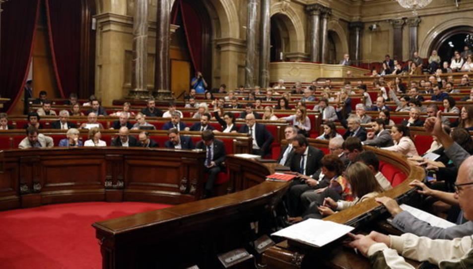 Moment de la votació al Parlament per aprovar la llei de creació de l'Agència Catalana de Protecció Social aquest dijous 7 de setembre (pla general horitzontal)
