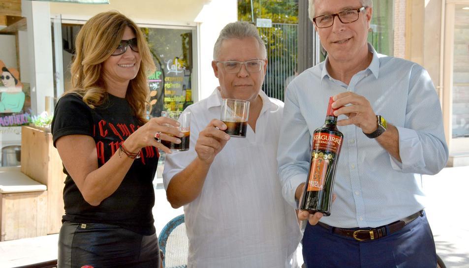 Imatge de la presentació de l'ampolla commemorativa de vermut Izaguirre per Santa TEcla 2017.