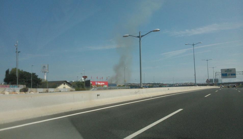 Dos dotaciones de Bomberos trabajan en un incendio de matorrales en Tarragona