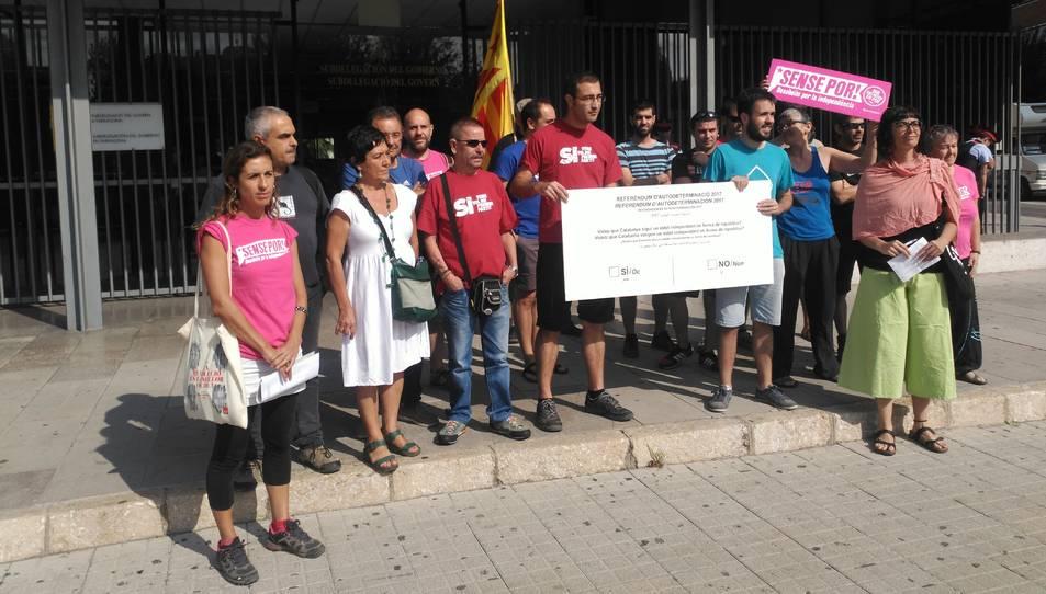 Els assistents amb la butlleta davant de la subdelegació del Govern d'Espanya a Tarragona.
