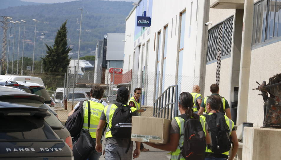 Agents de la Guàrdia Civil entrant a la impremta de Constantí.