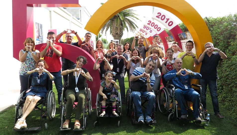 Fotografia de família de la sessió formativa de conducció i ús de cadira de rodes d'aquest divendres.