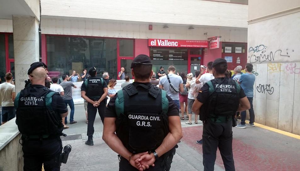 Agents de la Guàrdia Civil d'esquena mirant la seu del setmanari 'El Vallenc', el 9 de setembre del 2017 (Horitzontal).