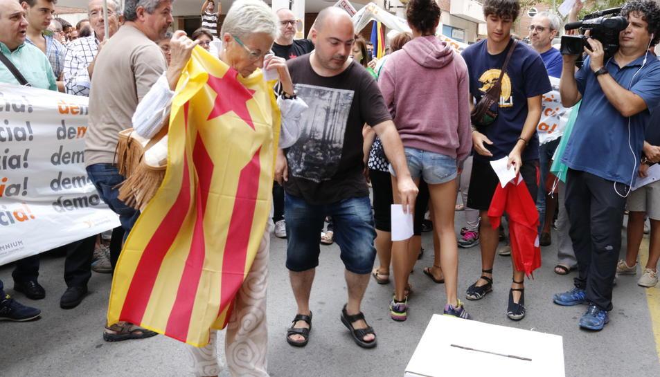 Concentració ciutadana davant la seu del setmanari 'El Vallenc', on s'ha posat una urna. Imatge del 9 de setembre del 2017 (Horitzontal).