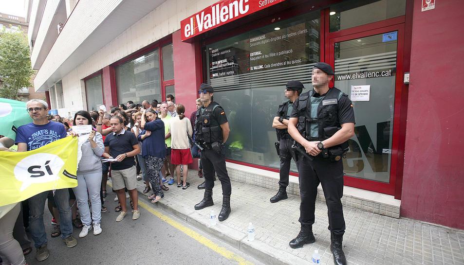 Agents de la Guàrdia Civil a l'entrada del setmanari El Vallenc, aquest dissabte al matí.