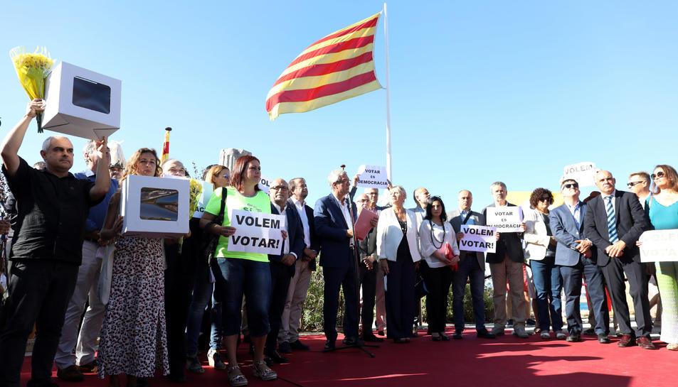 Polítics i autoritats demanen «votar» durant l'acte.