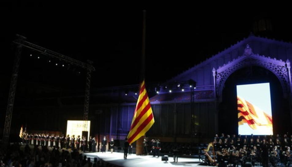 Hissada de la senyera al Born, amb els Mossos en formació i amb la presència del president del Govern, Carles Puigdemont.