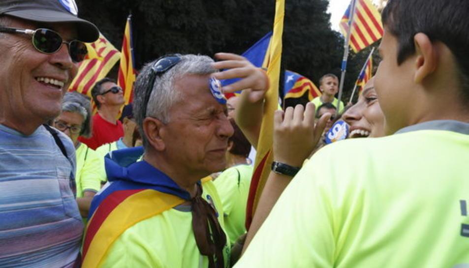 Imatge de participants a la manifestació, ja amb la samarreta fluorescent.