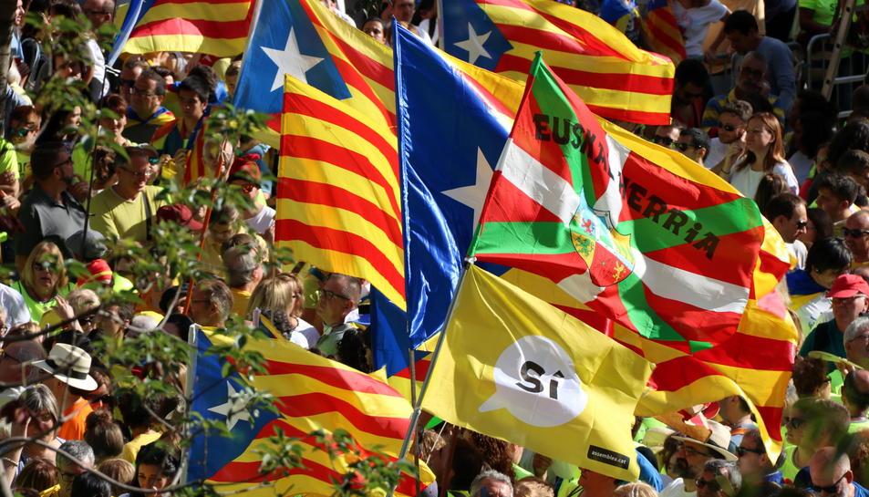 Diverses banderes estelades i senyeres, amb una bandera basca i una altra a favor del 'sí' a la independència.