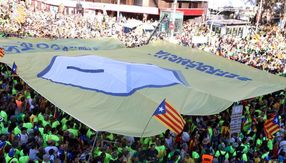 Imatge del símbol de suma entre Passeig de Gràcia i el carrer Aragó.
