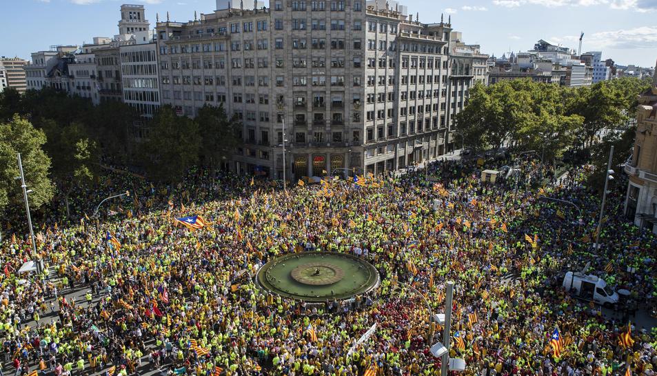 Imatge aèria del Passeig de Gràcia amb Gran Via, en un moment de la manifestació.