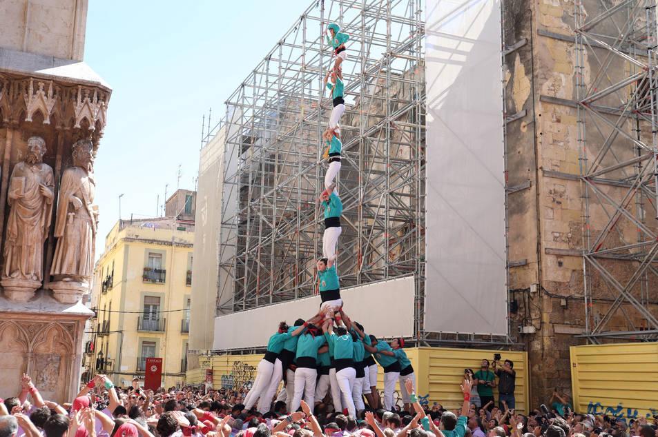 Pilar de 7 folrat dels Castellers de Sant Pere i Sant Pau a la diada de l'Onze de Setembre.