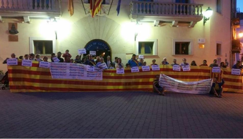 Els veïns es van concentrar davant la casa de la vila amb pancartes de