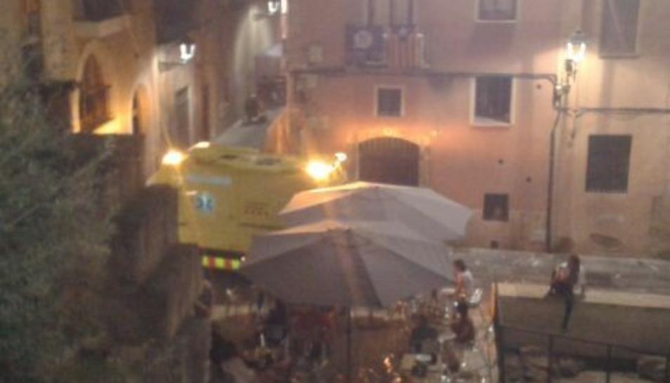 Imatge de l'ambulància, a la qual una terrassa bloquejava l'accés al carrer Santa Anna, segons Farts de Soroll.