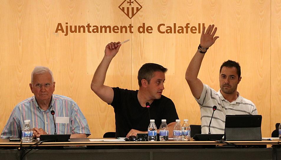 Al centre, l'alcalde de Calafell, Ramon Ferré, abstenint-se durant la votació sobre la cessió d'espais pel referèndum de l'1-O.
