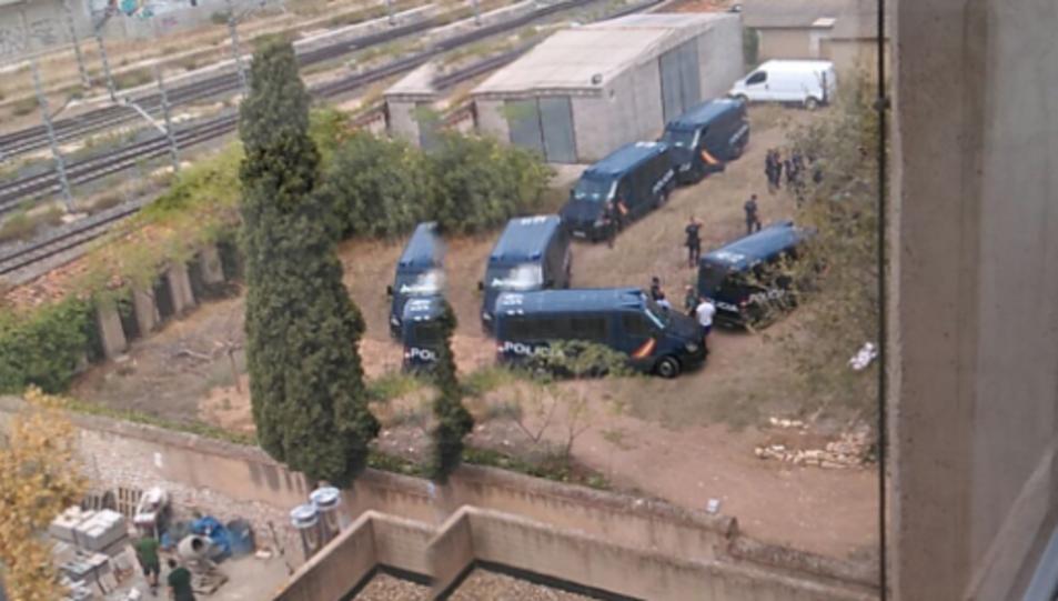 Els vehicles policials estacionats al pati de l'antiga caserna de la Guàrdia Civil.