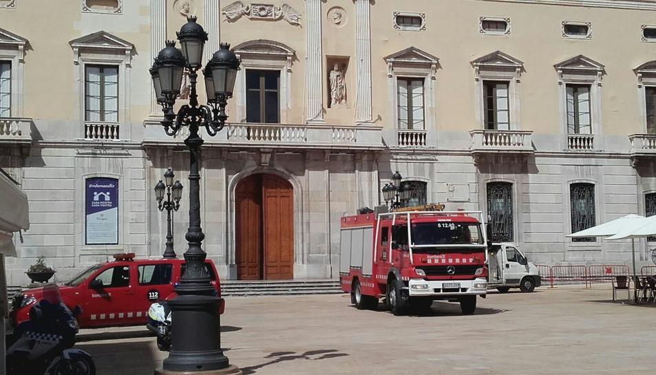 Els Bombers s'han desplaçat fins la plaça de la Font.